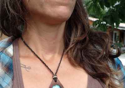 pierre labradorite sertie cuir collier