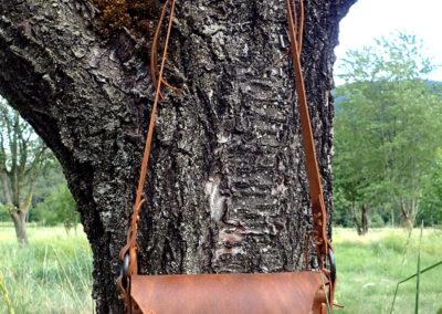 petit sac bandoulière etnhique cuir plumes forgées