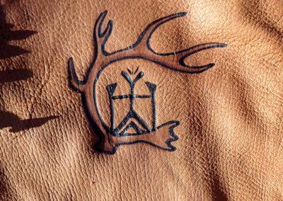 pochette cuir renne pyrogravure dieu du vent