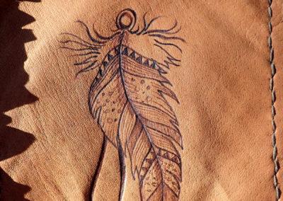 pochette cuir renne pyrogravure plume