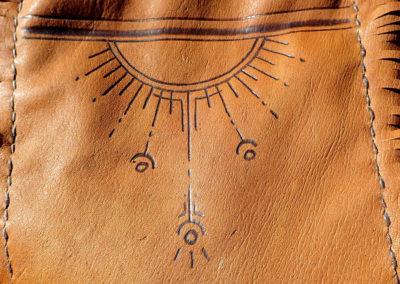 pochette cuir renne pyrogravure soleil