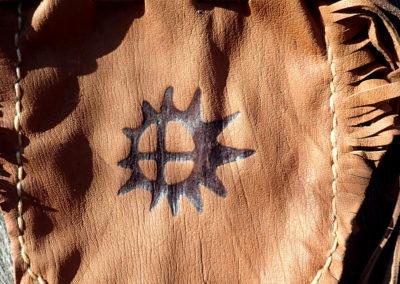 pochette pyrogravure soleil sami