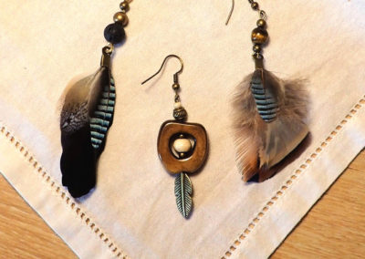 boucles oreilles plumes et perles os laiton