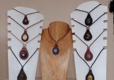 collier pierre sertie cuir bois de renne