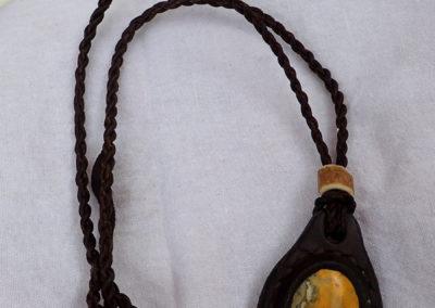 collier jaspe bourdon sertie cuir bois de renne
