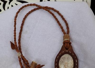 collier corail fossile sertie cuir bois de renne