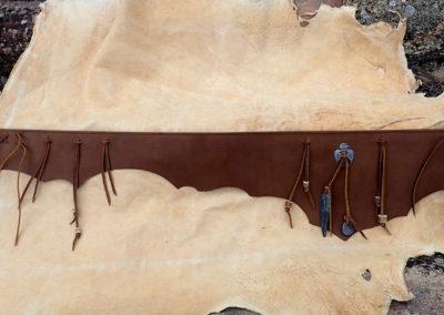 ceinture tribale cuir artisanale bois de renne plume fer forgé
