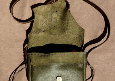 sac bandoulière cuir vert kaki feuilles arbre artisanal coutures à la main