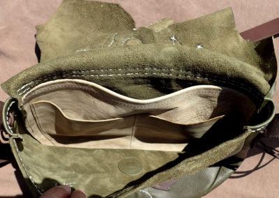 sac bandoulière cuir vert kaki feuilles arbre corail fossile artisanal coutures à la main